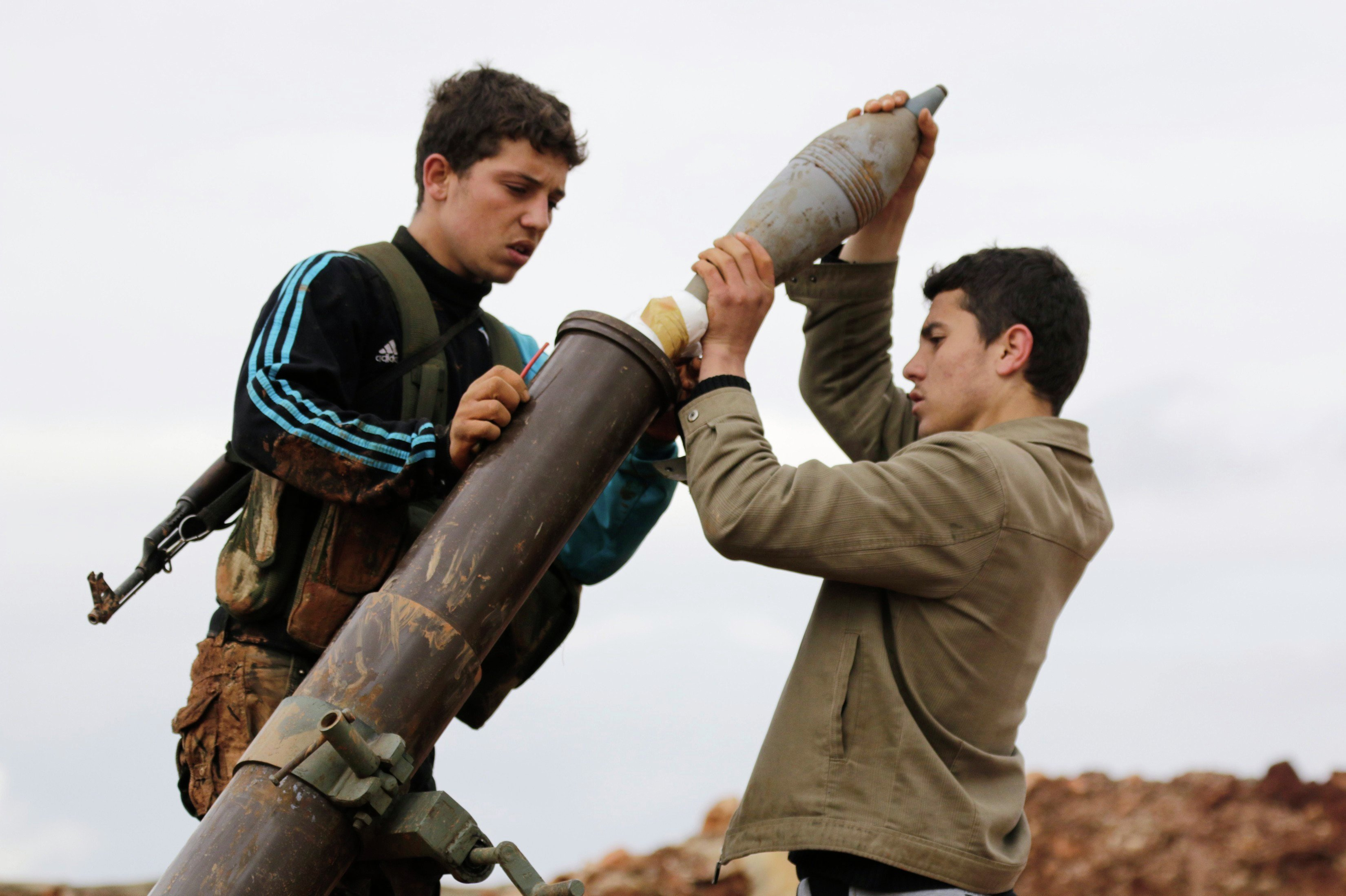 Members of al Qaeda's Nusra Front prepare to fire a mortar towards forces loyal to Syria's President Bashar al-Assad in al-Mallah farms, north of Aleppo, February 18, 2015