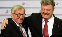 Ukrainian President Petro Poroshenko (L) is greeted by President of the European Commission Jean-Claude Juncker