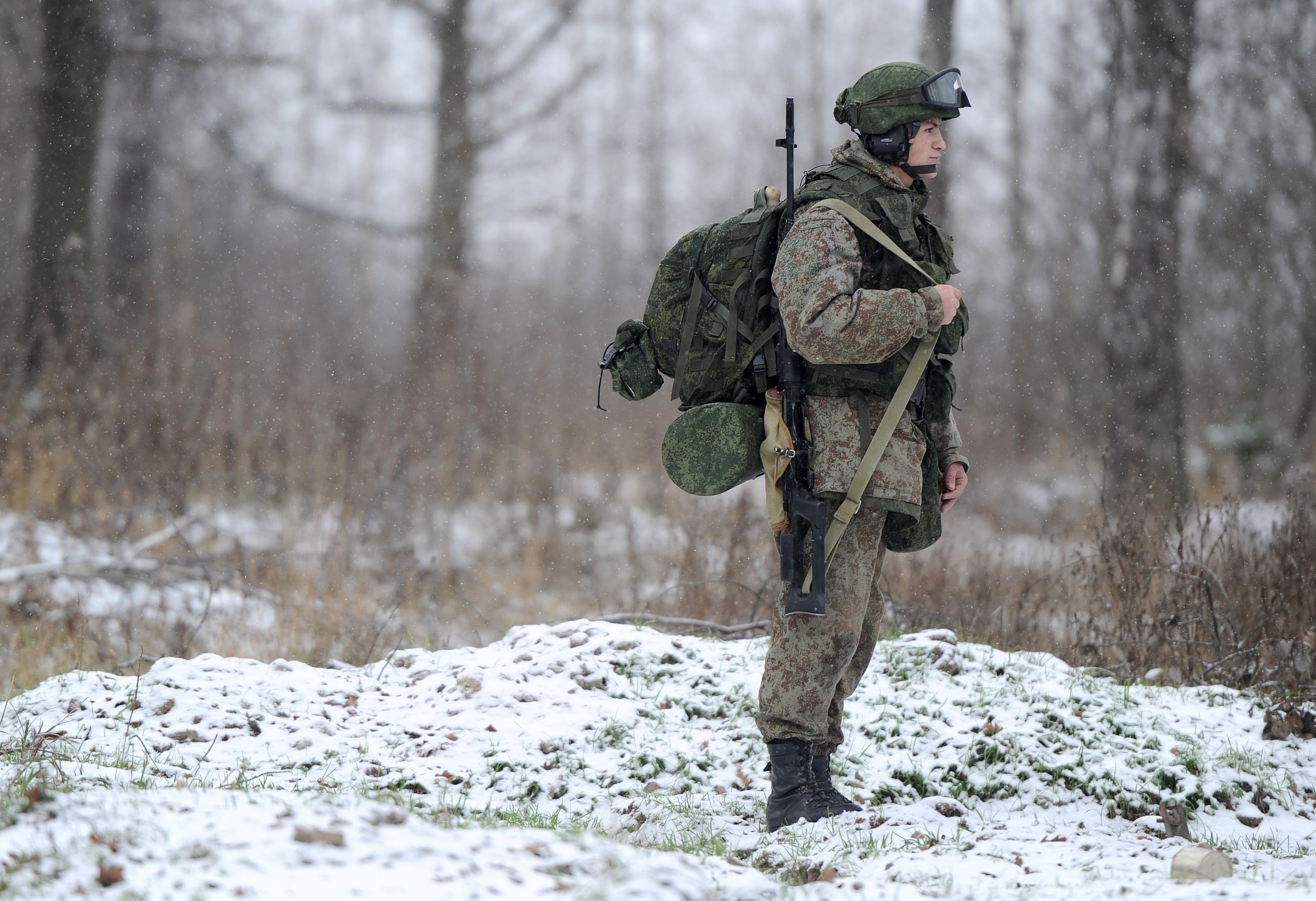 A soldier demonstrates the Ratnik Soldier Combat Equipment Set during a military exercise at Alabino range, Moscow Region.
