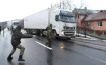 Nationalist activists in Ukraine blockade Russian trucks
