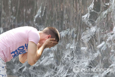 Moscow heat wave drives locals to fountains