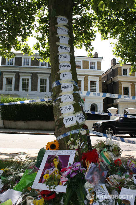 Fans pay their last tributes to British singer Amy Winehouse
