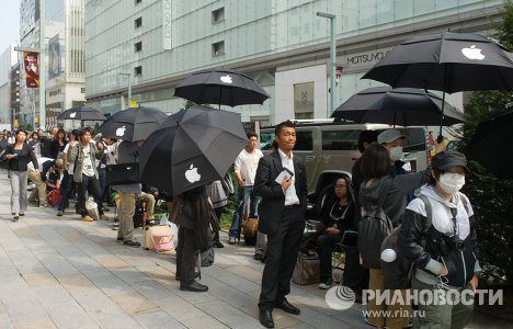 First iPhone 4S smartphones go on sale in Japan, sales scheduled in United States