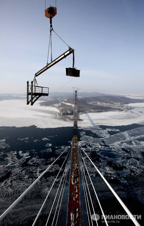 Construction of the world's largest cable-stayed bridge to Russky Island