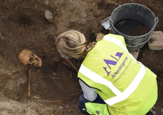 Osteologist Caroline Arcini examines the remains of a man