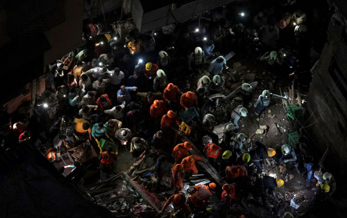 Mumbai Building Collapse: Locals Form Human Chain to Rescue the Trapped (VIDEO)