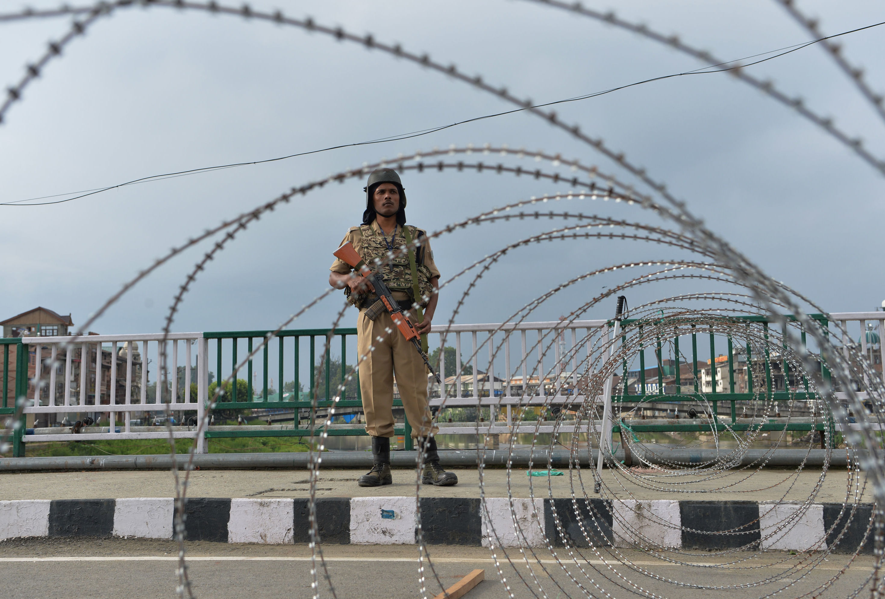 A security personnel stands guard on a street during a lockdown in Srinagar on August 11, 2019, after the Indian government stripped Jammu and Kashmir of its autonomy