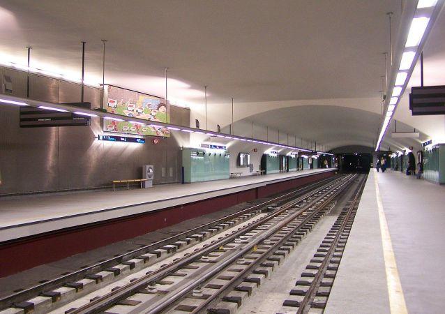 The platforms at Roma underground station, Linha Verde