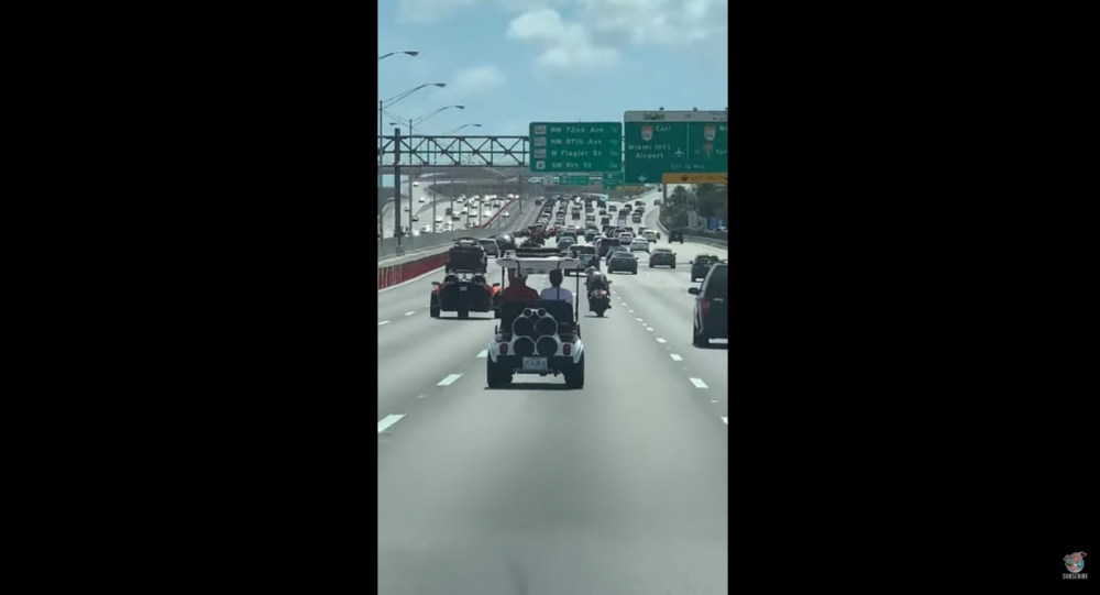 US Golfers Turn Heads After Sneaking Cart Onto Highway