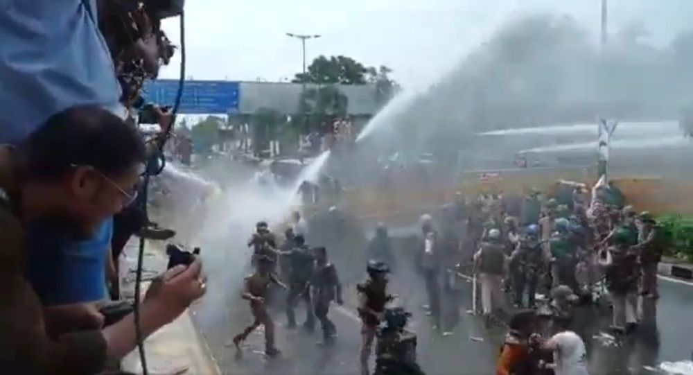 Indian Police Use Batons, Water Cannons to Disperse Protesters in Madhya Pradesh - Video