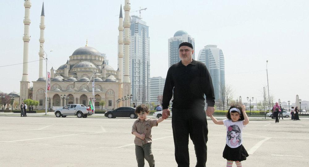Мужчина с детьми на площади у мечети Сердце Чечни имени Ахмата Кадырова