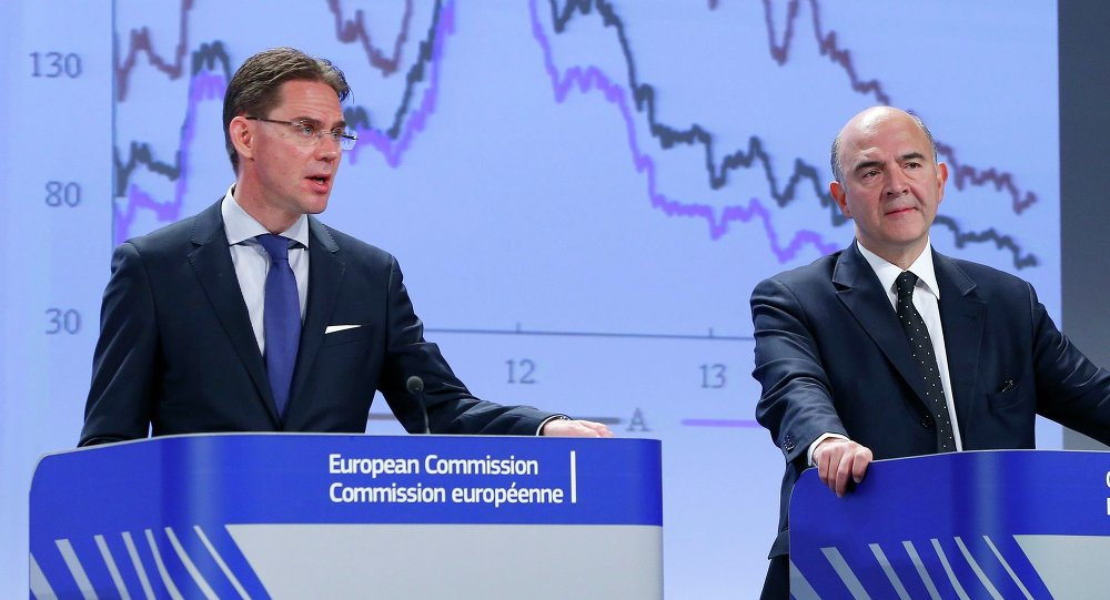 European Commissioner for Jobs, Growth, Investment and Competitiveness Jyrki Katainen (L) and European Commissioner for Economic and Financial Affairs Pierre Moscovici present the EU executive's autumn economic forecasts during a news conference at the EU Commission headquarters in Brussels November 4, 2014