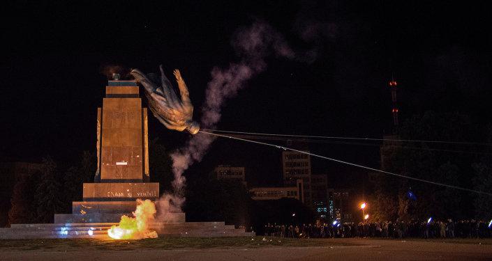 Monument to Lenin toppled in Kharkov