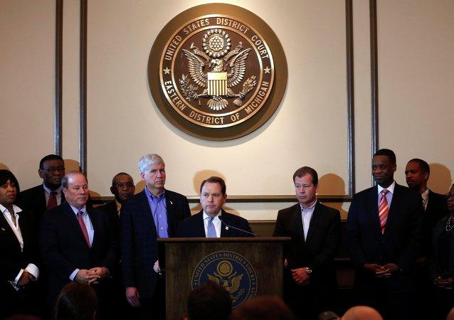 Detroit bankruptcy mediator Judge Gerald Rosen (C)