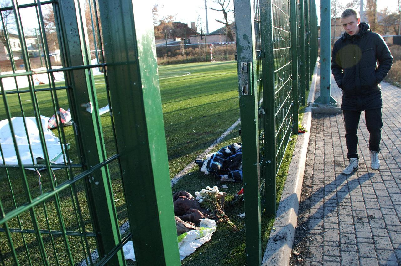 Место гибели детей на спортивной площадке школы, в результате обстрела Донецка украинскими силовиками.
