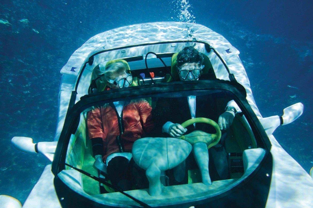 Демонстрация двухместного автомобиля, способного ездить под водой