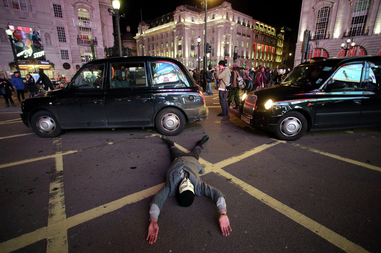Участники марша миллионов масок в Лондоне