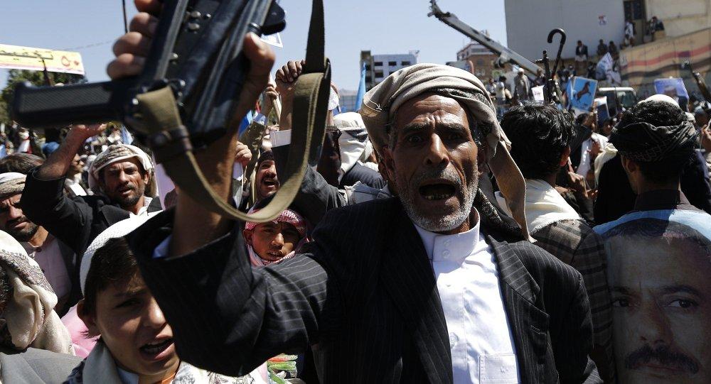 Supporters of Yemen's former President Ali Abdullah Saleh rally in his support in Sanaa November 7, 2014