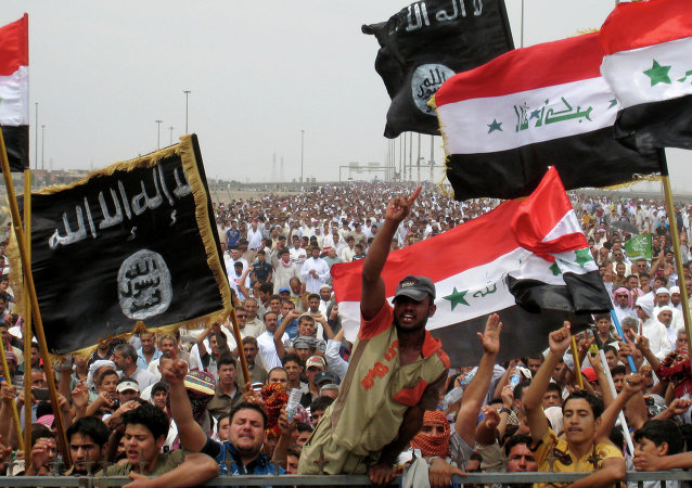 Sunni protesters wave Islamist flags