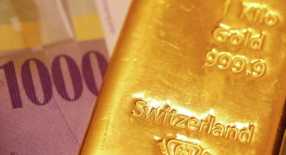 Swiss Franc banknotes and a one kilogramm gold bar