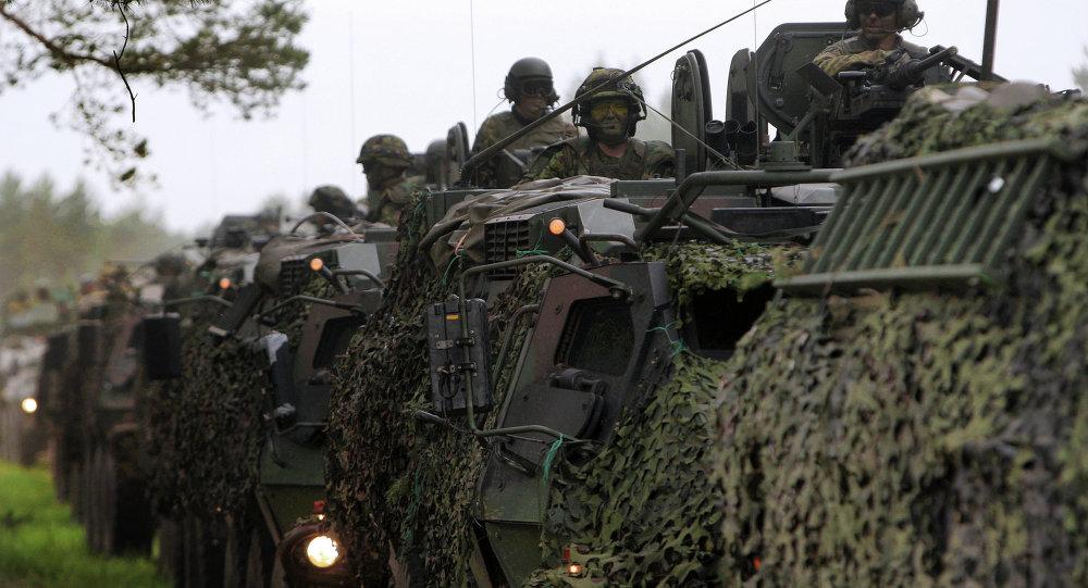 Американские, латвийские, литовские и британские военные во время совместных учений