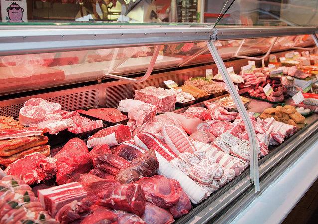 Сырое мясо на прилавке