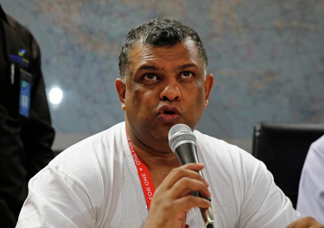 AirAsia CEO Tony Fernandes speaks at a news conference at the Juanda International Airport, Surabaya December 28, 2014.