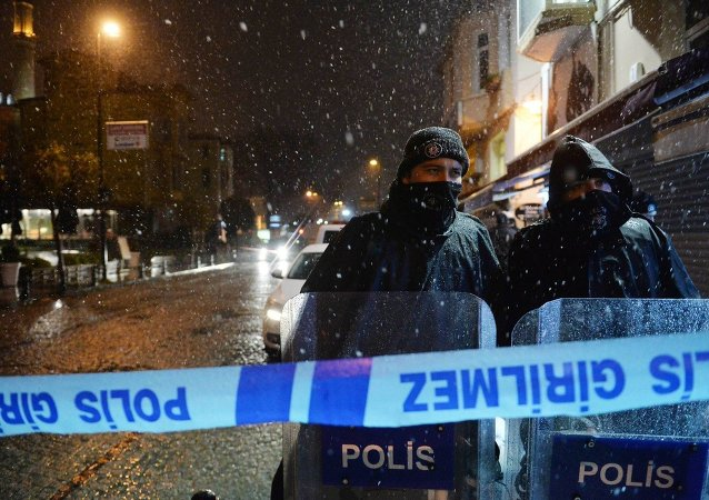 ISTANBUL, Jan. 6, 2015 -- Policemen stand on alert outside the accident site in Istanbul, Turkey on Jan. 6, 2015