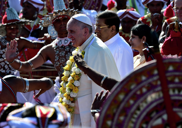 Pope Francis (centre L) walks alongside new Sri Lankan President Maithripala Sirisena (centre R) during a welcoming ceremony at Bandaranaike International Airport