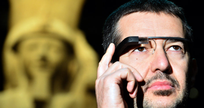 A man tests a pair of Google glasses equiped with LIS