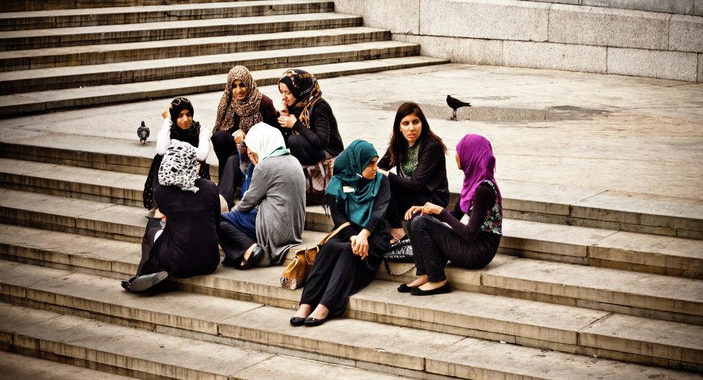 Young muslim women enjoying the afternoon at Trafalgar Square.
