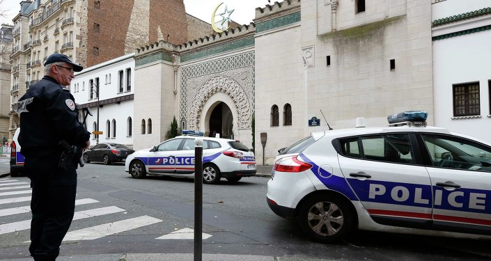 French police stand in front of the entrance of the Paris Grand Mosque as part of the highest level of Vigipirate security plan after last week's Islamic militants attacks January 13, 2015
