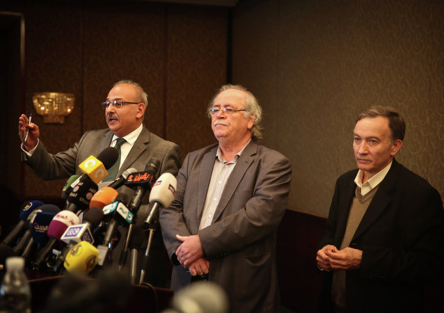Syrian actor Jamal Suleiman (L), member of the National Coalition Fayez Sarah (C) and member of the regime-tolerated domestic National Coordination Committee for Democratic Change, Haytham Manna, attend a press conference held by various Syrian opposition factions on January 24, 2015 in the Egyptian capital Cairo