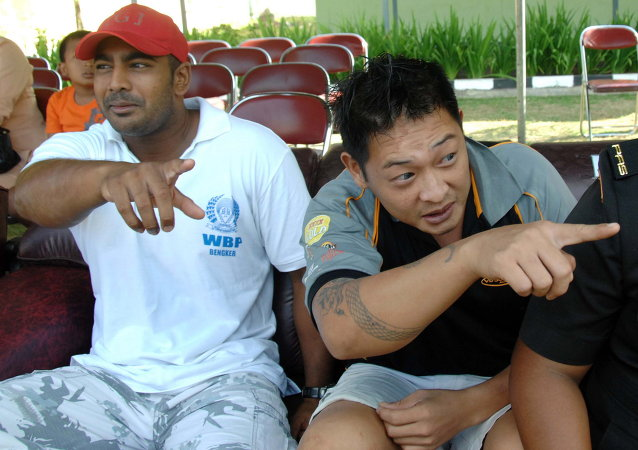 Convicted Australian drug smugglers Myuran Sukumaran (L) and Andrew Chan sit inside Kerobokan prison in Denpasar, Bali. (File)