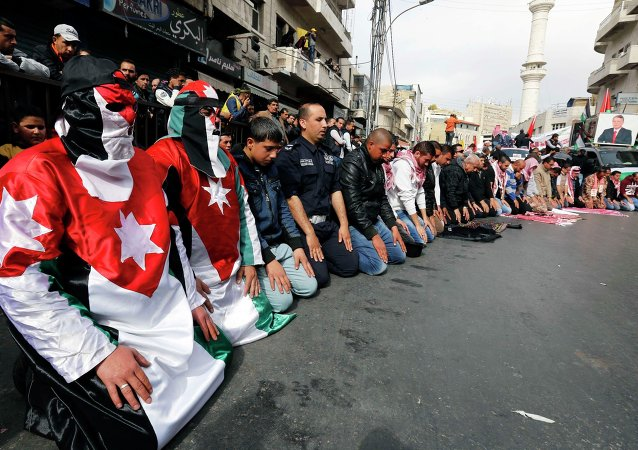 Protesters dressed in Jordanian flag