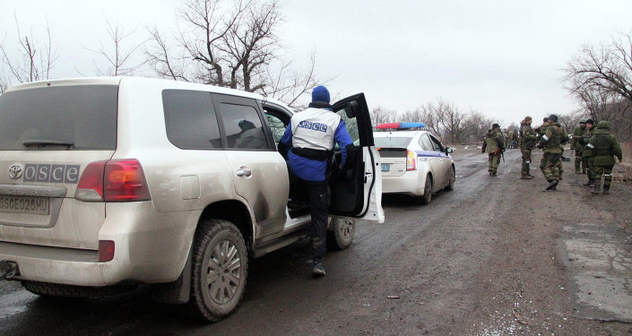 OSCE and police vehicles escort the bus column that arrived at Debaltseve from the DPR for evacuation of local residents from the combat zone