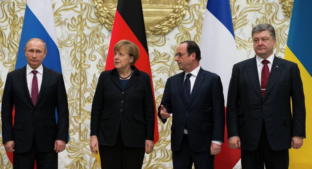 From the left : Russian President Vladimir Putin, German Chancellor Angela Merkel, French President Francois Hollande, and Ukrainian President Petro Poroshenko