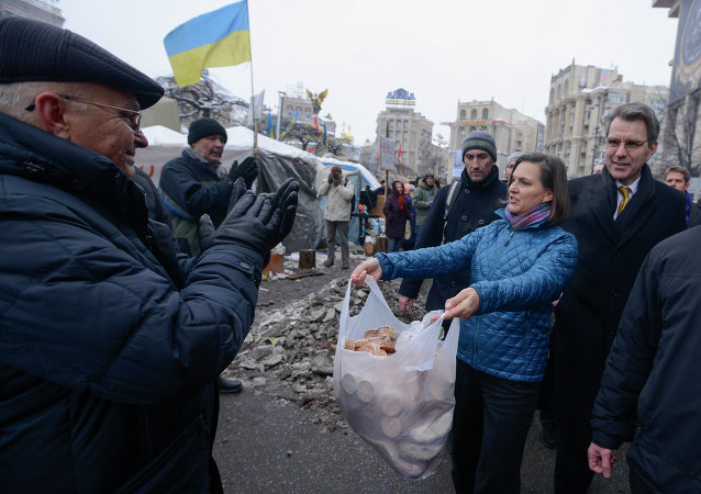 US Assistant Secretary for European and Eurasian Affairs Victoria Nuland and Ambassador to Ukraine Geoffrey Pyatt, offering cookies on the Maidan square in Kiev, December 11, 2013.