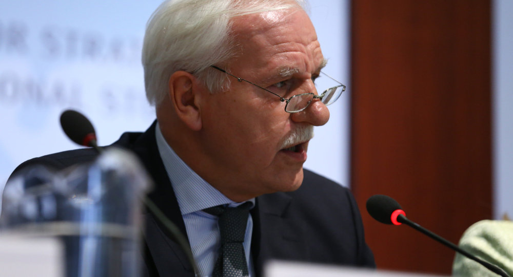 Former Polish Foreign Minister Andrzej Olechowski told Polish television Wednesday that Russia is not preparing for war over Ukraine, and that if it were, all Poles can do is to pack their bags and run to Australia. He added that in his view, arming Ukraine is a mistake, and noted that the West's present strategy on Russia is akin to insanity.