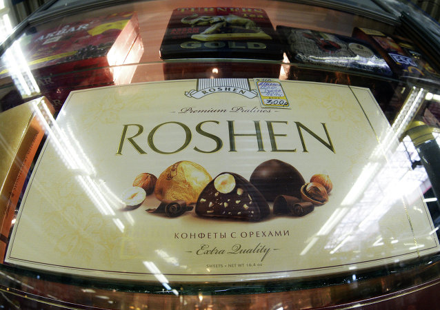 Ukrainian President Petro Poroshenko has accused Russian authorities of meddling in plans to sell the Lipetsk subsidiary of his Roshen chocolate empire.