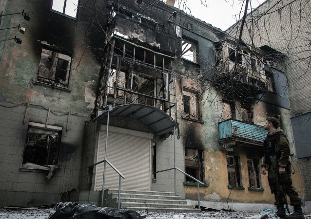 An apartment building in Debaltsevo destroyed by shelling. File photo
