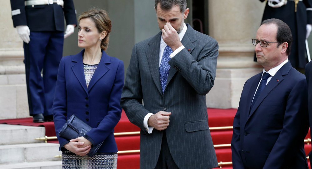 French President Francois Hollande (R), Spain's King Felipe VI and his wife Queen Letizia deliver a speech at the Elysee palace in Paris, March 24, 2015.