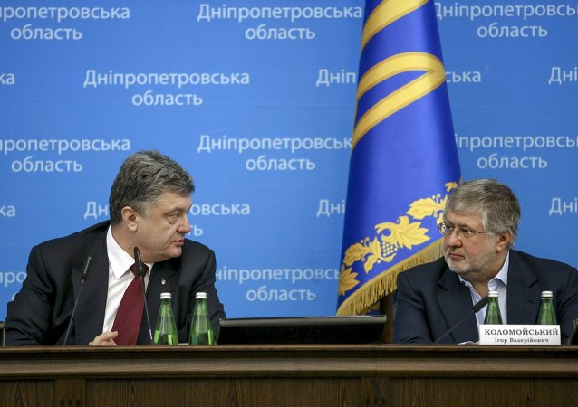 Ukrainian President Petro Poroshenko (L) talks to oligarch Ihor Kolomoyskyi  during a representing ceremony of a new governor of the eastern Dnipropetrovsk region in Dnipropetrovsk March 26, 2015