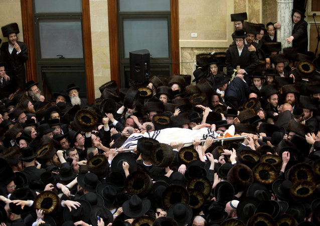 Ultra Orthodox Jews ferry the body of a prominent Hasidic Rabbi Shmuel Halevi Wosner during his funeral in Bnei Brak, Israel, Sunday, April 5, 2015