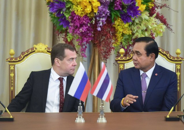Prime Minister Dmitry Medvedev, left, and Prime Minister of Thailand Prayut Chan-o-cha at a document signing ceremony following Russia-Thailand talks in Bangkok