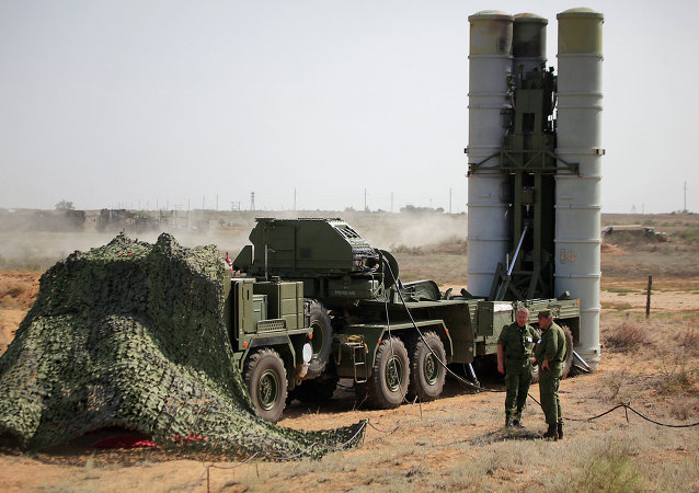 Preparing to fire an S-400 Triumf anti-aircraft missile (file)