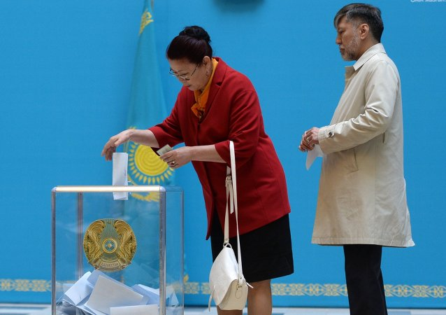 Kazakh residents vote in the early presidential elections