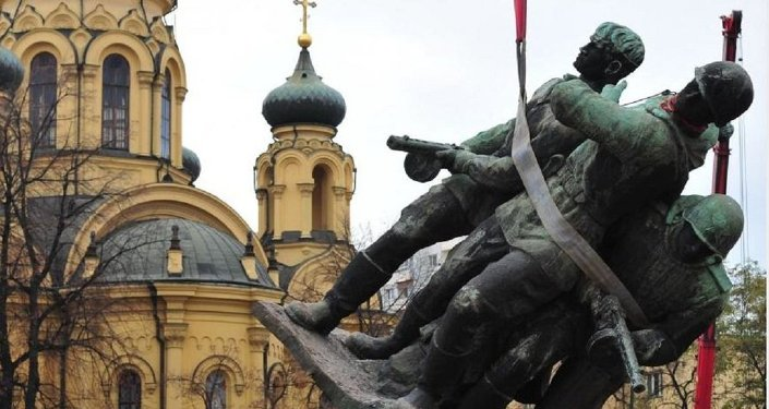Removal of the Polish-Soviet Brotherhood in Arms Monument, Warsaw.