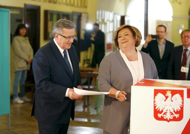 Polish President Bronislaw Komorowski and his wife Anna (R) cast their votes in the first round of the presidential election at a polling station in Warsaw, Poland May 10, 2015