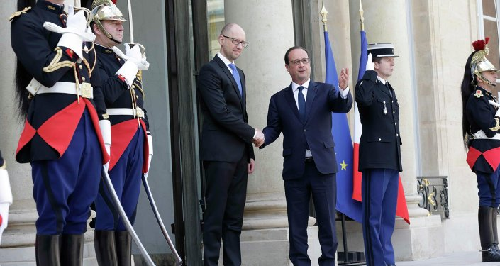 French President Francois Hollande (R) welcomes Ukraine's Prime Minister Arseny Yatseniuk at the Elysee Palace in Paris, France, May 13, 2015